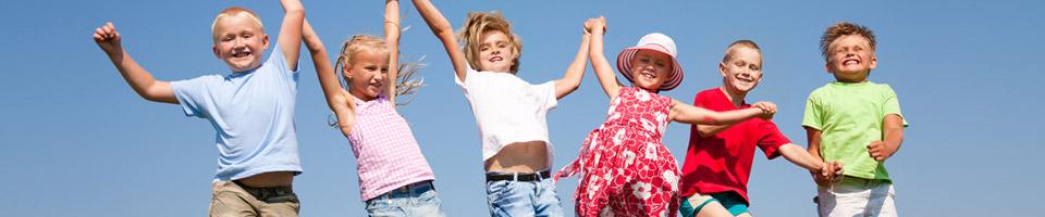 5 Kinder reißen ihre Arme nach oben und freuen sich