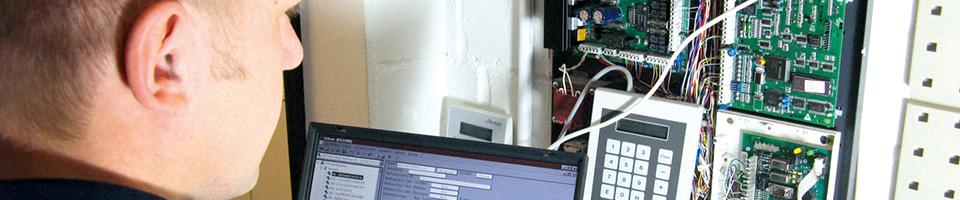 Ein Mitarbeiter von Weltring Service24 arbeitet an der Technik