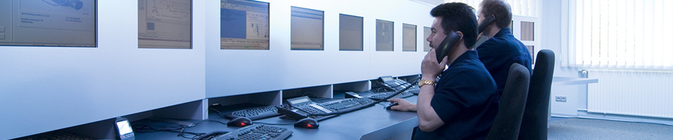 Sicherheitsfachkraft bei der Arbeit in der Serviceleitstelle NSL