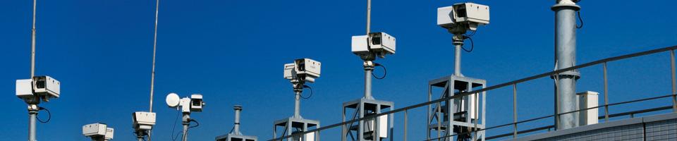6 helle Überwachungskameras auf jeweils einem Silbernen Gestell